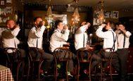 Les gars boivent un shooter au bar au mariage
