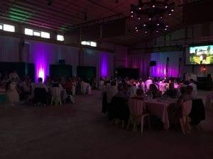 Exemple de la même salle de réception de mariage après l'installation de l'eclairage d'ambiance