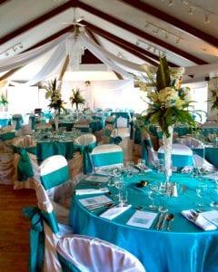 Salle de reception de mariage avec tables rondes