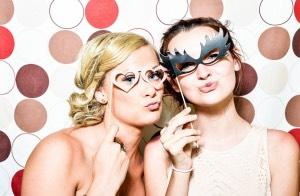 deux filles qui posent dans le photobooth pour un mariage